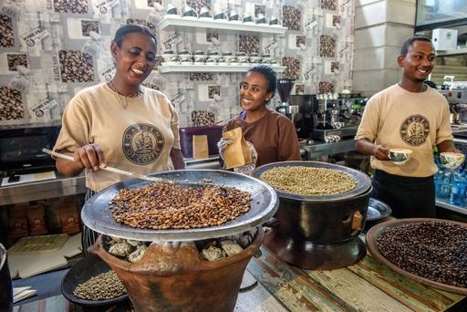 アディスアベバ市内のカフェで、手動でコーヒー豆をローストする店員たち。急速な都市化が進む中で、コーヒーセレモニーの伝統を新しいビジネスに生かしている(撮影・中野智明、共同)