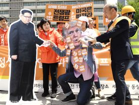 ソウルの米大使館前で、米朝首脳会談を中止したトランプ大統領を批判する人たち=25日(共同)