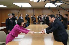支援策を示した文書を竹田社長(右)に手渡す高橋知事