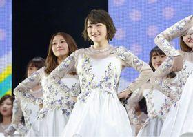 アイドルグループ「乃木坂46」からの「卒業」を記念したコンサートに出演した生駒里奈さん(手前)=22日午後、東京・日本武道館