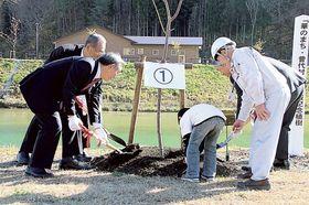 河津桜の苗木を植樹する河津町と岩手県普代村の関係者=同村