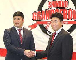 写真説明:柳沢新監督(右)と握手を交わす福地氏