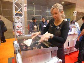 カンガルー肉を調理する女性=千葉