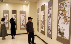 受講者の力作が並ぶカルチャー祭り作品展の前期=長崎新聞文化ホール・アストピア