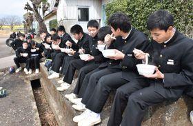 合格力うどんを頬張り、高校受験へ気合を入れる生徒たち