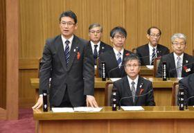 11月定例県議会で発言を求め、宮崎カーフェリーの航路維持に向けた決意を述べる河野知事(左)。就任10年目の2020年は県勢浮揚に向け成果が問われる=昨年12月11日、県議会議場