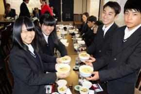 杉戸宿新グルメを発表した杉戸農業高校の生徒ら=杉戸町で