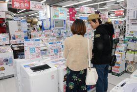 家電量販店の洗濯機売り場=2017年4月、東京都千代田区のビックカメラ有楽町店