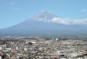 市役所から望む富士山。2018年の「全体が見えた日」は過去最少の98日だった=富士市内