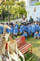 野外展「ゆかいな動物園」で造形作品と触れ合う園児ら=坂出市寿町、市民美術館