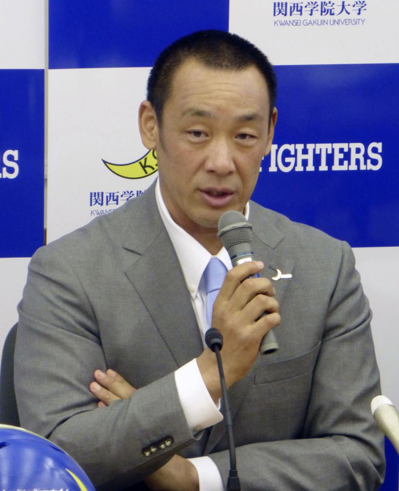 記者会見で質問に答える大村和輝新監督