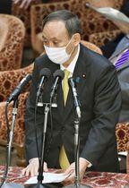 衆院予算委で答弁する菅首相=25日午前