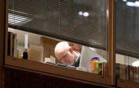 23日、英ロンドンで監督機関がデータ分析企業の家宅捜索に入った建物内の様子(ロイター=共同)