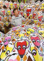 来年のえと「子」を描いたたこを作る「札幌凧の会」代表の田中光夫さん。年明けに全長約100メートルの連だこにして揚げる予定だ=13日、札幌市東区