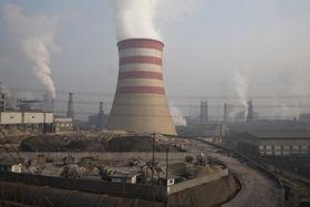 中国河北省遷安の製鉄所=2016年12月(AP=共同)