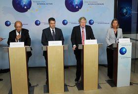 11日、イラン核合意維持を求め、ブリュッセルで共同記者会見するEUのモゲリーニ外交安全保障上級代表(右)と英独仏の各国外相ら(ゲッティ=共同)