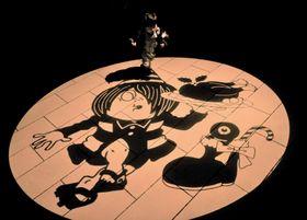 「水木しげるロード」に投影されたクリスマスを楽しむ鬼太郎の影絵=11日午後、鳥取県境港市