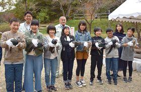 放鳥のためキジを手にする児童(京都府宇治田原町郷之口、末山・くつわ池自然公園)