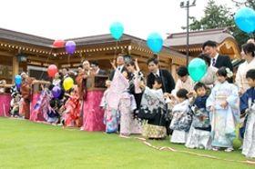 並んで風船を飛ばす晴れ着姿の子どもたち=24日、新潟市中央区