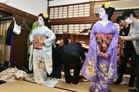 京都五花街の一つ、宮川町の歌舞練場で「京おどり」の衣装合わせに臨む舞妓ら=20日午前、京都市