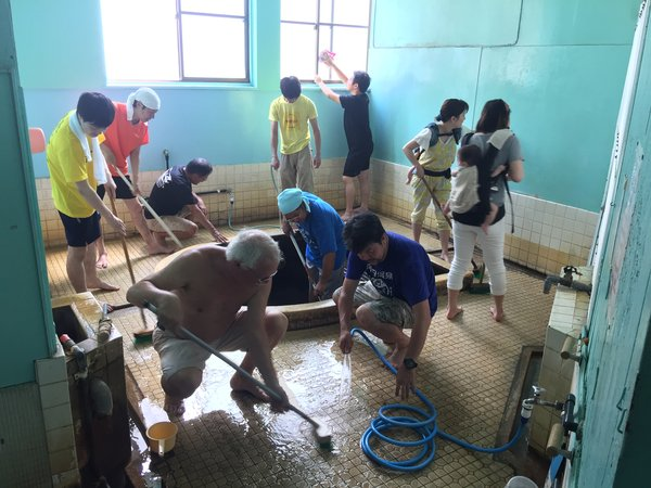 共同浴場の清掃も別府八湯温泉道名人会の重要な活動になっている