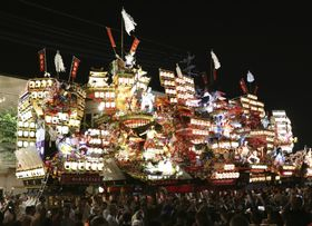 日田祇園祭の「山鉾集団顔見世」で集結した山鉾=19日夕、大分県日田市
