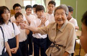 児童に小学校時代の思い出を語る石井さん