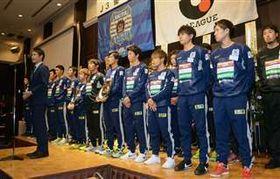J3初優勝を報告するBB秋田の岩瀬社長(左端)と選手たち