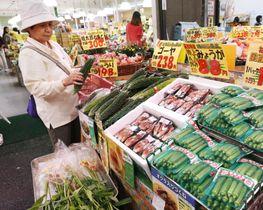 スーパーの野菜売り場=2019年7月、東京都内