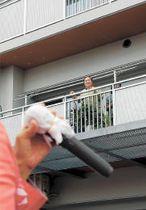 災害公営住宅で候補者の訴えに耳を傾ける有権者=11日午前10時ごろ、仙台市宮城野区