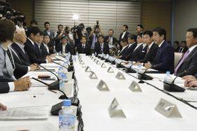 首相官邸で開かれた未来投資会議=19日午後