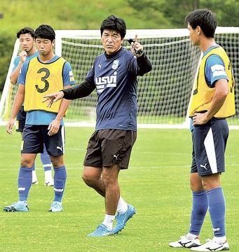 選手に指示を送る沼津の今井監督(右から2人目)=愛鷹スポーツ広場
