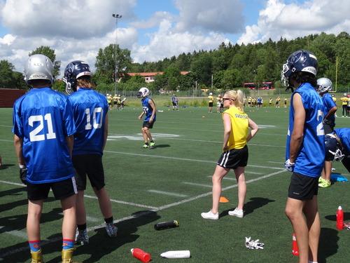 U―17スウェーデン代表の強化合宿でディフェンスを指導する女性コーチ=撮影:山本慎治