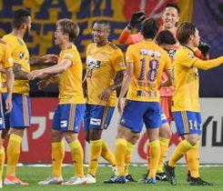 仙台-FC東京 首位FC東京を破ってホーム5連勝を飾り喜び合う仙台イレブン=ユアスタ