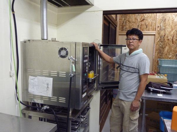 本格稼働した加工所で作業する石井久喜代表取締役