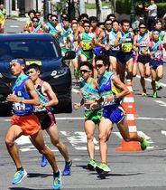 昨年の県民駅伝で一斉スタートする第1走者(2019年9月1日、青森市長島)。主催者側は新型コロナの感染リスクを高める「密」の全面回避は難しいと判断した