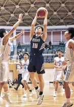 バスケットボールの男子決勝で北陸学院の上村が33点目のシュート=小松末広体育館