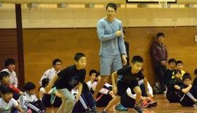 右代選手(中央)からアドバイスを受けて速く走る練習をする小学生たち