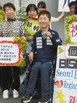 韓国の国際大会で獲得した銀メダルを手にする杉村英孝さん(中央)=伊東市内で