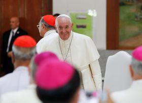 22日、タイ・バンコクで、聖職者らと面会するローマ教皇フランシスコ(ロイター=共同)