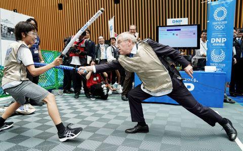フェンシングの競技体験イベントに参加したIOCのバッハ会長(右)=24日午前、東京国際フォーラム(代表撮影)