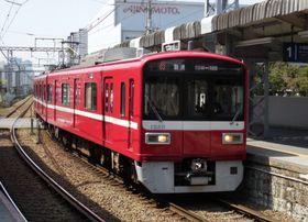 4両編成の電車が往復する京急大師線=川崎大師駅