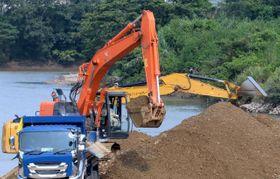 加江田川で進められている土砂の掘削工事=宮崎市加江田