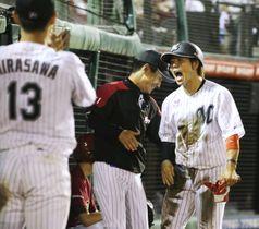9回、根元の二塁打で生還し、雄たけびを上げるロッテ・鈴木=楽天生命パーク