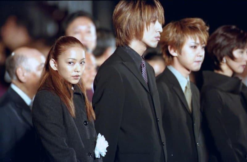 天皇即位10年記念の祝賀行事に参加した(前列左から)歌手の安室奈美恵さん、GLAYのメンバー=1999年11月12日夜、皇居前広場(代表撮影)