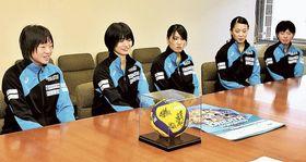 1部リーグ昇格を目指し、健闘を誓うブレス浜松の多田主将(左端)ら=浜松市役所