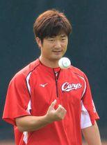 日本シリーズでの登板に備え、キャッチボールに臨む岡田(撮影・山崎亮)