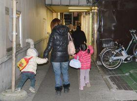 長男と長女を連れて歩くシングルマザーの女性