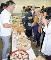 参加者が生産者や飲食店関係者らと直接触れ合いながら三浦半島の食材を味わった試食会=横須賀市本町コミュニティセンター