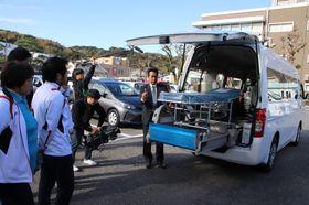 福祉車両について説明を受ける平戸市社会福祉協議会の職員ら=平戸市役所駐車場